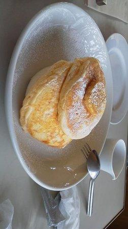 Bills Omotesando: ふわふわのパンケーキ上にのってるのはバナナではありません