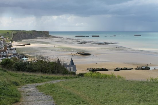 Remains Mulberry Harbour : on the way to the beach