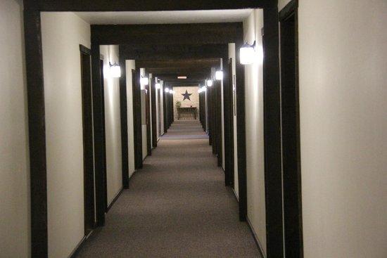 Stagecoach Inn: Long straight halls felt dated