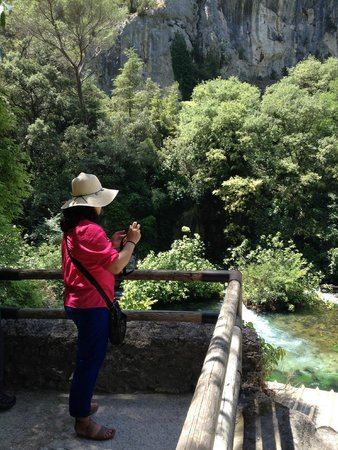 Fontaine de Vaucluse : there are a lot of pit stops for taking pictures