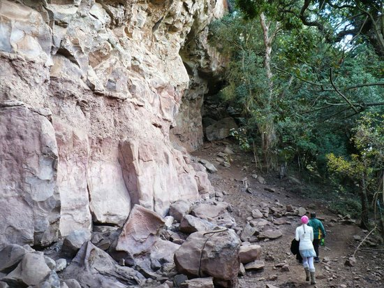 Giant's Castle Camp : walk up to main cave, bushmen art