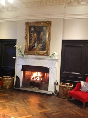 Trump Turnberry, A Luxury Collection Resort, Scotland: LObby Fireplace is used on 'chill' evenings