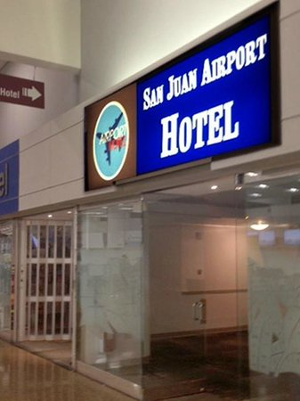 San Juan Airport Hotel: The Hotel is just across from the airline check-in counter!