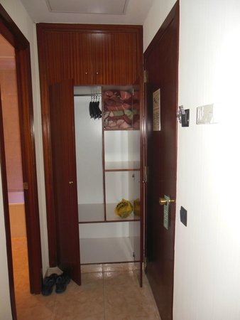 Hotel California: Шкаф