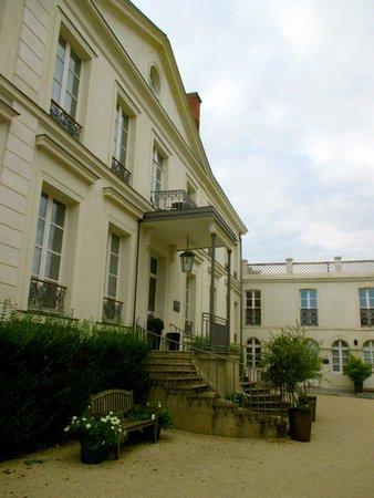 Hôtel Restaurant Les Avisés : The front of the hotel