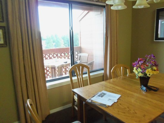 Wyndham Flagstaff Resort: in dining room overlooking trees