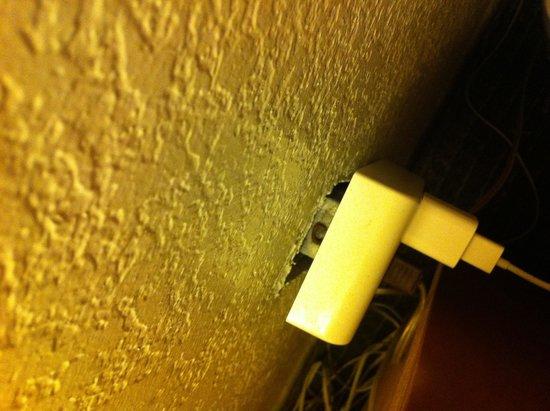 Vagabond Inn Fresno: Unsafe outlet electrical risk!!