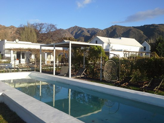 Vineyard Country House: rooms and pool. early morning