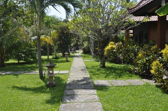 Suka Sari Cottages & Warung: Joli jardin
