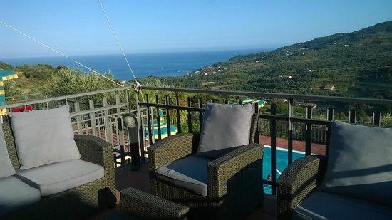 Hotel Liliana : bar nella terrazza sopra la piscina