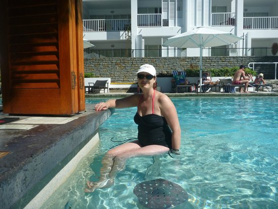 Peppers Beach Club & Spa: SITTING AT THE POOL BAR