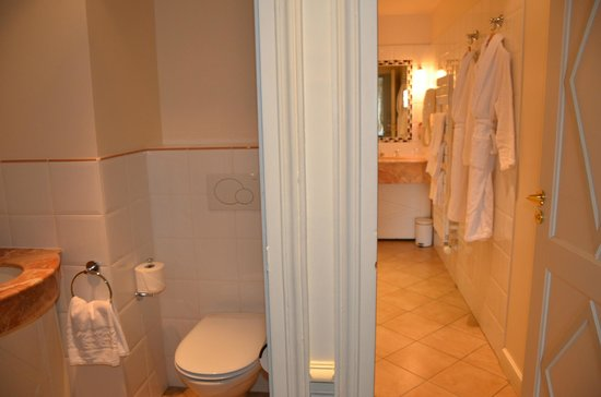 Hotel Brighton - Esprit de France: The toilet was separate from the shower/bath area.  The bathroom also had a double sink.