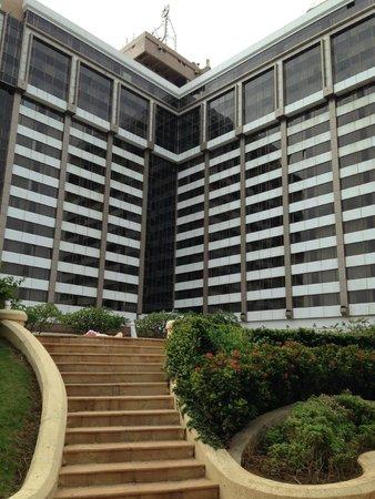 Taj Lands End Mumbai : POOL SIDE VIEW