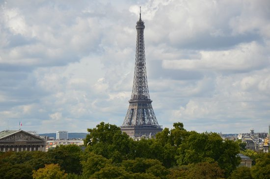 Hotel Brighton - Esprit de France: I zoomed in on the Eiffel Tower from our bedroom window.