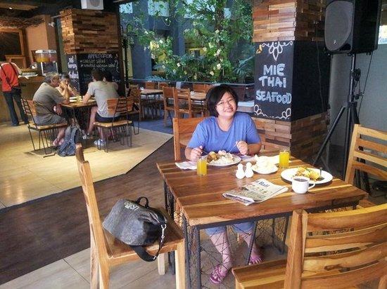 Grandmas Legian Hotel: Restaurant area during breakfast