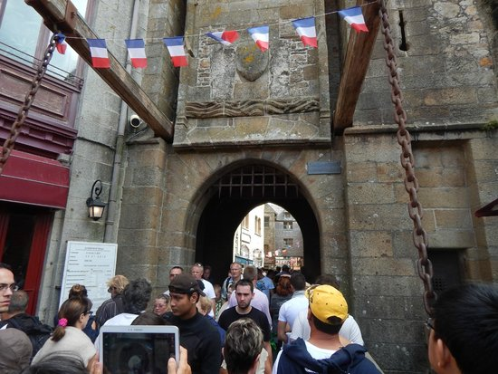 "Abbaye du Mont-Saint-Michel : Entering the ""mall"""