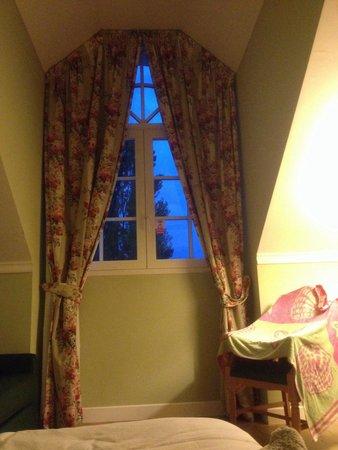 Gardaland Hotel: Bellissima camera ma con una grande pecca: questa bellissima finestra ha un' apertura limitata d