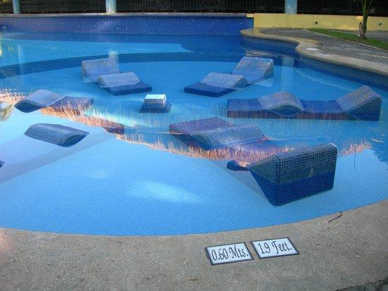 ClubHotel Riu Tequila: transat en dur dans la piscine