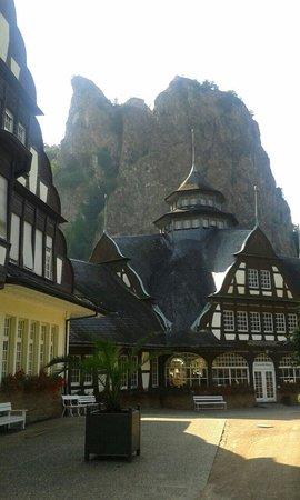 Kurhaus mit Rheingrafenstein im Hintergrund