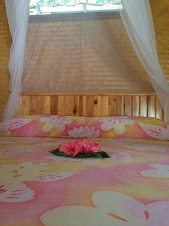 Pension Tapuheitini: Notre lit dans un des bungalows