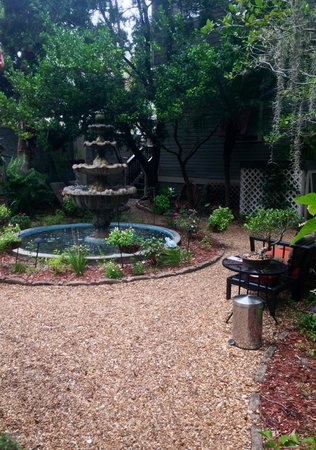 Peace and Plenty Inn: Garden fountain