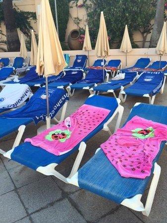 Invisa Hotel Club Cala Blanca: ooh a few more reserved sunbeds