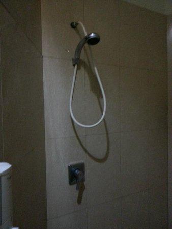 Kuta Cove Hotel: bagno