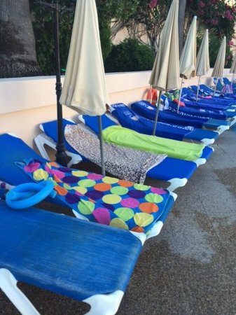 Invisa Hotel Club Cala Blanca: and a few reserved sunbeds with no one using them