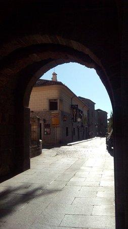 Arco San Vicente : Vista del hotel desde la puerta de San Vicente