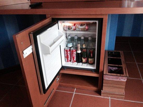 Stanza 124. Frigo Bar piccolo ma ben fornito con diverse bevande ...