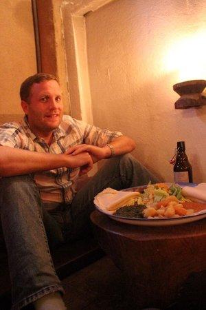 Im Herzen Afrikas: James is trying their beer and food