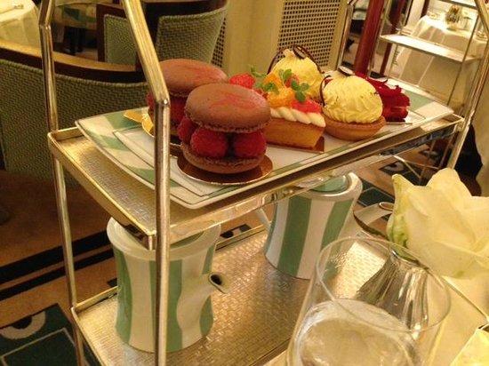 The Foyer At Claridge's: Cake selection