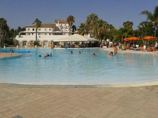 Hotel Kaos: vista della piscina, sullo sfondo l'hotel