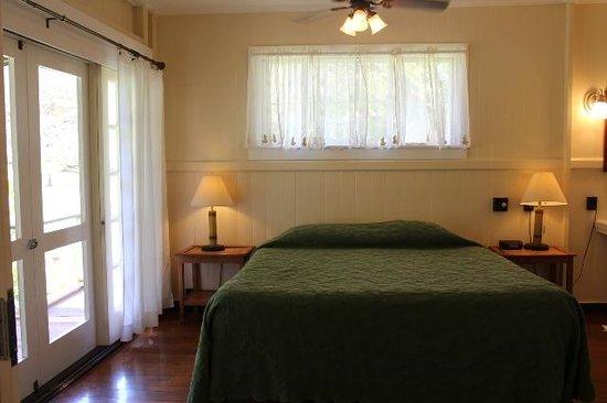 Waimea Plantation Cottages : 心地よい風の入るベッドルーム