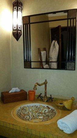 Riad La Porte Rouge: El baño de nuestra habitación.