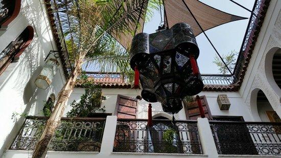 Riad La Porte Rouge: la preciosa lámpara que iluminaba de noche el riad