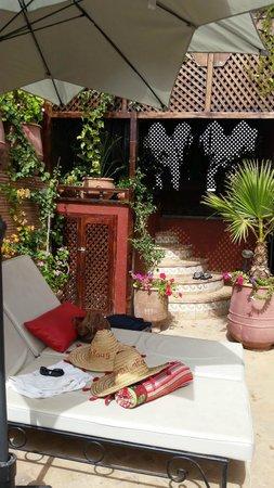 Riad La Porte Rouge : Las tumbonas y zona de jacuzzi