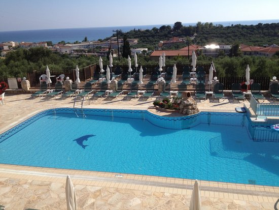 Ariadne Hotel Apartments: Pool and Decking
