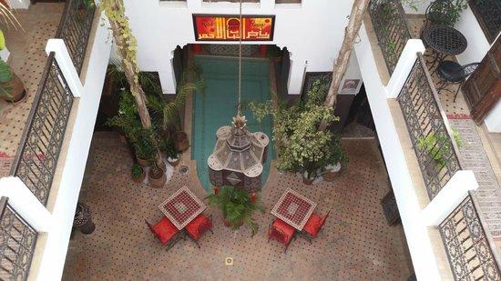 Riad La Porte Rouge : Vista del patio central desde arriba