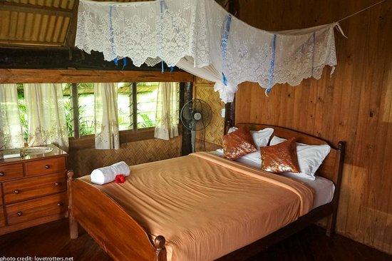 Takalana Bay Resort : biggest bure queen bed