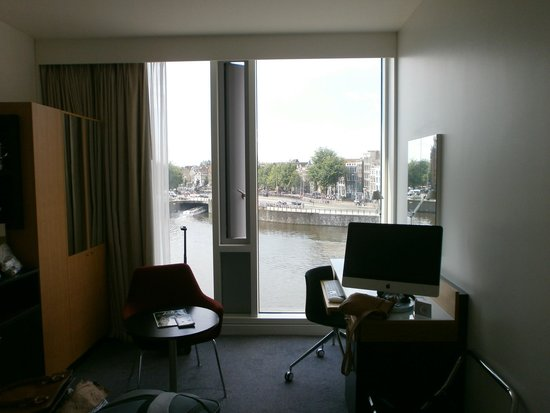 DoubleTree by Hilton Hotel Amsterdam Centraal Station : Inside the spacious room