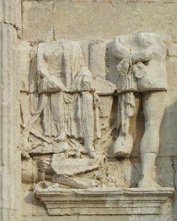 Saint-Paul de Mausole : nell'arco sono rappresentati degli schiavi e delle armi