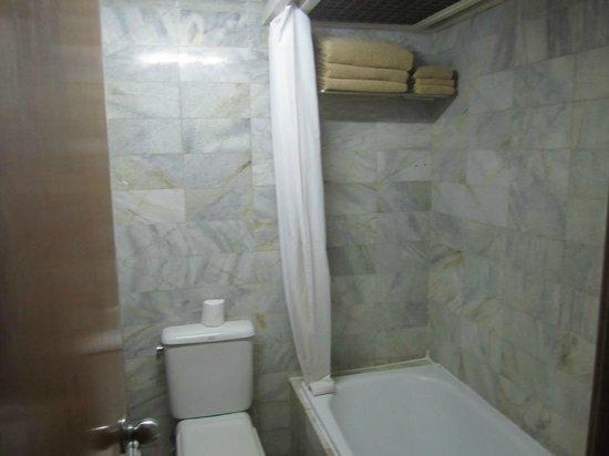 Bounty Hotel: Bathroom