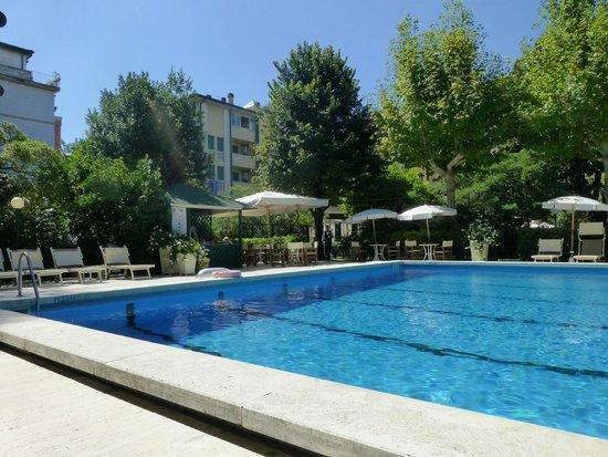 Grand Hotel Royal, BW Premier Collection : La piscina y el bar de la piscina