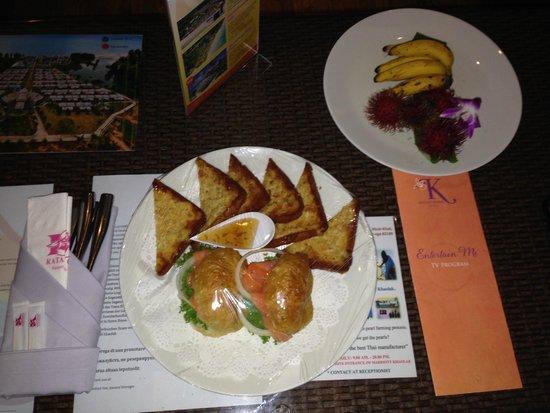 Beyond Resort Khaolak: Da wir Nachts gekommen sind hatten wir einen kleinen Snack auf dem Zimmer! Sehr lecker