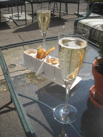 Chewton Glen Hotel & Spa: Champagne and Canapes on arrival.