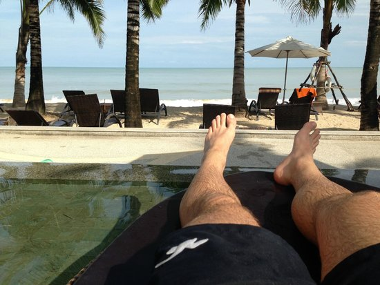 Beyond Resort Khaolak: Sonnenliege im Pool mit Blick aufs Meer