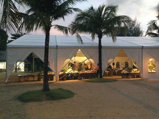 Beyond Resort Khaolak: Das Zelt für Buffet und Show
