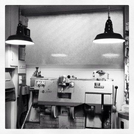le banc de finition picture of cordonnerie maroquinerie mamers tripadvisor. Black Bedroom Furniture Sets. Home Design Ideas