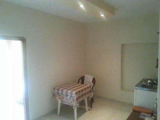 Panorama Hotel Apartments: Ingresso e cucina con letto aggiunto